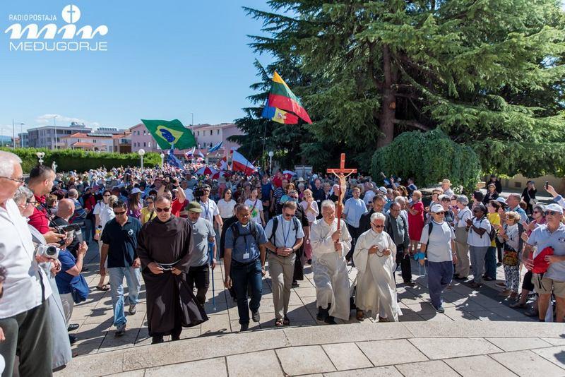Brojni hodočasnici stigli pred međugorsku crkvu u Hodnji mira