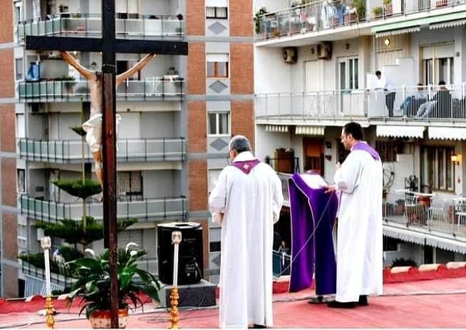 U Italiji mise slave i na krovovima, a vjernici na balkonima